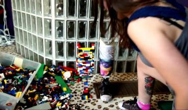 Lego-Prothese und medizintechnische Prothese im Kontrast