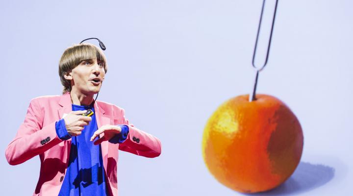 Der Künstler und Komponist Neil Harbisson mit seinem eyeborg beim TEDGlobal 2012.